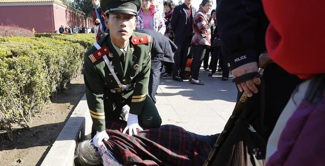 24h qua ảnh: Cảnh sát TQ khống chế cụ bà trước cổng Tử Cấm Thành