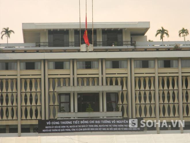Treo cờ rủ để tang Đại tướng Võ Nguyên Giáp tại Dinh Thống Nhất