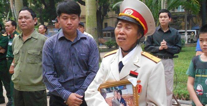 Nữ quân nhân ôm ảnh Đại tướng, nức nở trước cửa nhà tang lễ