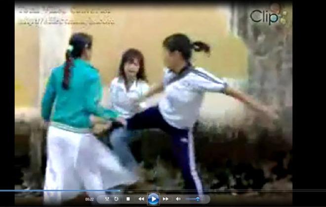 Clip nữ sinh diện áo dài đánh nhau
