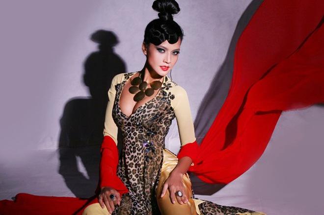 Người mẫu Quanh Dy mặc áo dài khoe ngực lộ liễu