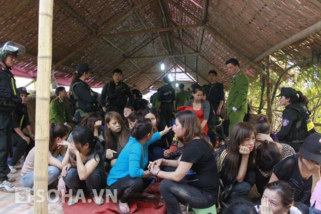 Video: 100 cảnh sát bắt sới bạc 'khủng' ở Hà Nội