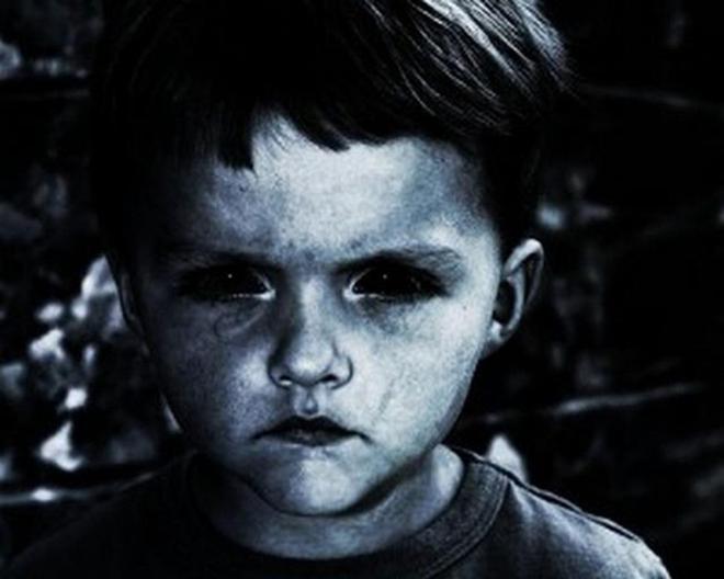Ánh mắt đầy ám ảnh của những đứa trẻ có con ngươi đen láy