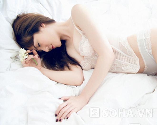 Ca sỹ Yến Nhi tung ảnh nóng trên giường