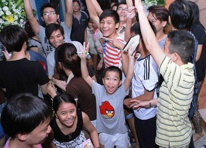 Đám tang Wanbi Tuấn Anh: Đau lòng cảnh trẻ con, hàng xóm la hét xin chữ ký!