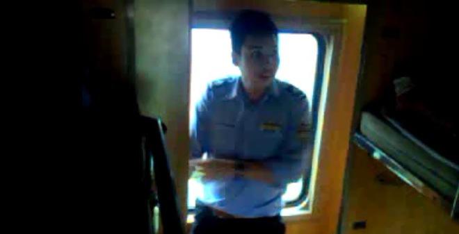 Nhân viên nhà tàu tổ chức cho hành khách đi tàu chui tập thể