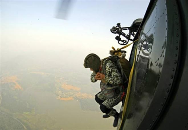 Đặc công Việt Nam nhảy dù chống khủng bố