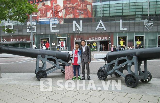 """""""Running Man 2.0"""" Đặng Văn Tiến về nước sau chuyến thăm Arsenal"""