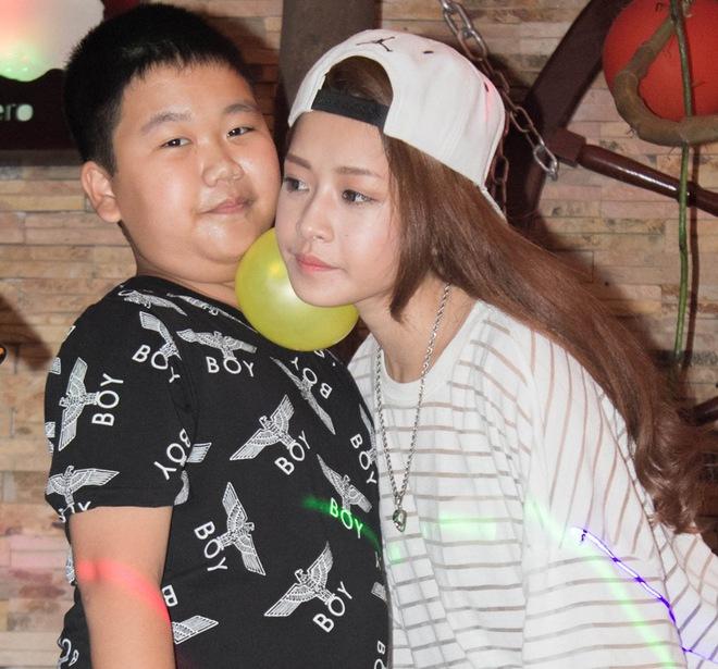 Hình ảnh 'khó đỡ' của Chi Pu buổi họp fan