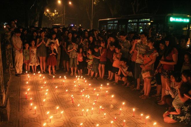 Hàng trăm ngọn nến vẫn âm thầm cháy trong đêm tại 30 Hoàng Diệu