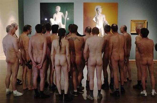 Nude 100% để đi xem triển lãm...khỏa thân