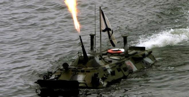 """Xe bọc thép Nga """"sặc nước"""" khi tập trận, 3 binh sĩ tử nạn"""