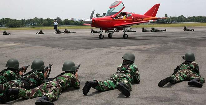 24h qua ảnh: Binh sĩ vây máy bay xâm nhập trái phép không phận