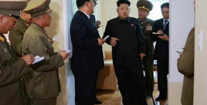 """Kim Jong Un tươi cười chống gậy """"tái xuất"""""""