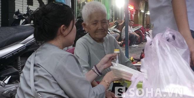 Sự thật về bà cụ 80 tuổi bán bún thịt nướng nuôi con ở TP.HCM
