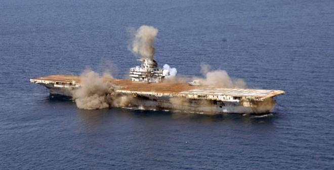 230 kg thuốc nổ C-4 nhấn chìm tàu sân bay Mỹ