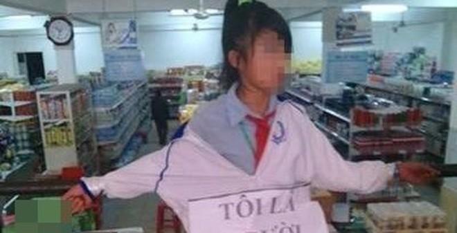 Bức xúc nữ sinh bị trói vào lan can, treo bảng tự nhận ăn trộm