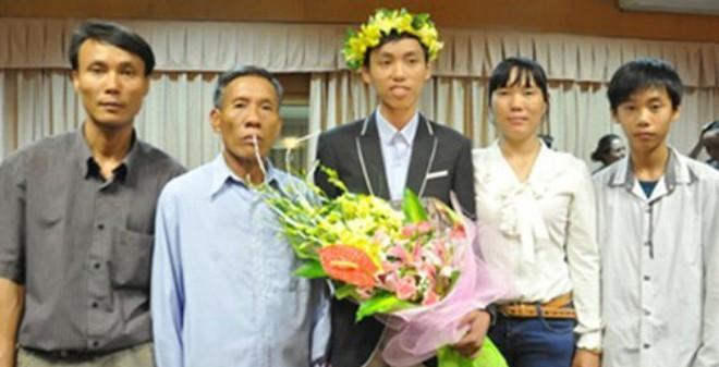 """Cậu bé nghèo đạt HCV toán quốc tế nhịn ăn sáng, quyết """"tìm"""" GS Ngô Bảo Châu"""