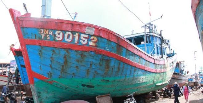 """Bỏ hoang con tàu """"lịch sử"""" bị Trung Quốc đâm chìm"""