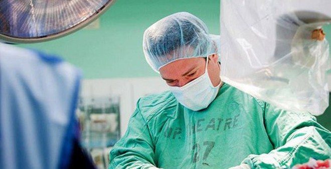 Kết quả hình ảnh cho Vị bác sĩ vội vã chạy nhanh nhất đến bệnh viện và thay trang phục để vào phòng mổ.
