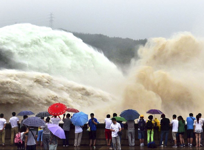 24h qua ảnh: Cảnh xả bùn ngoạn mục trên sông Hoàng Hà
