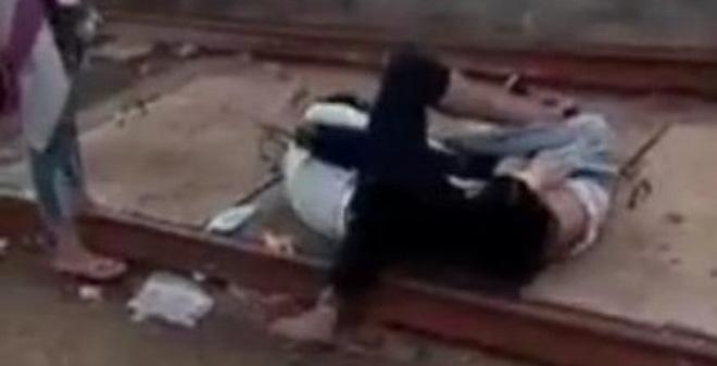Nữ sinh 10X đánh nhau trong tiếng cổ vũ của mọi người