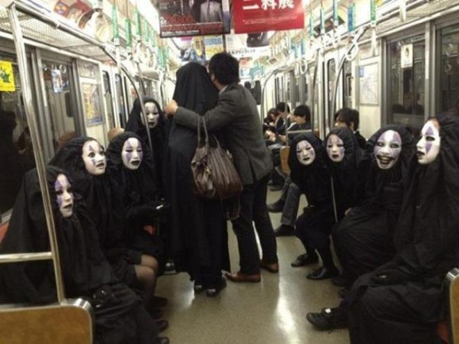 Chết cười với những cảnh tượng lạ lùng chỉ có trên tàu điện ở Nhật Bản