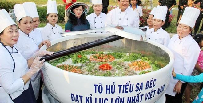 Tô hủ tiếu và đòn bánh phồng tôm lớn nhất Việt Nam