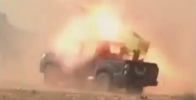 Tai nạn khó đỡ khi Toyota Hilux làm bệ pháo phản lực phóng loạt