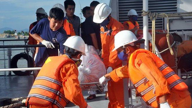 Đưa thi thể hai thủy thủ tàu Hoàng Phúc 18 vào bờ