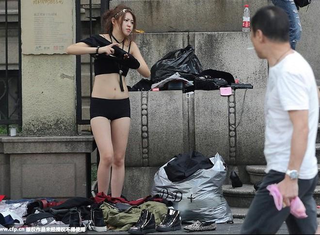 Người mẫu thay đồ ngay trên phố gây tranh cãi ở Trung Quốc
