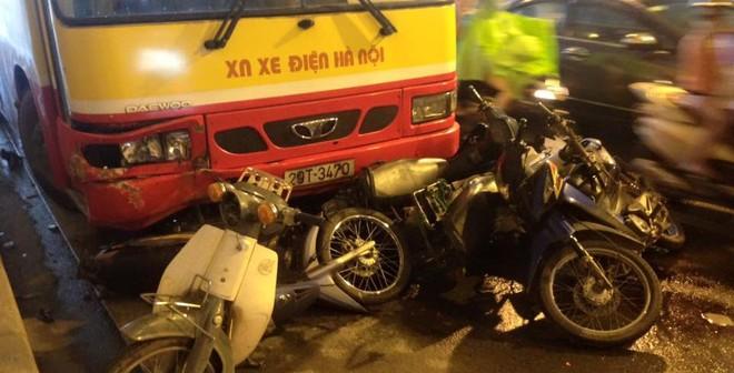 Xe buýt tông liên tiếp 5 xe máy trong hầm Kim Liên