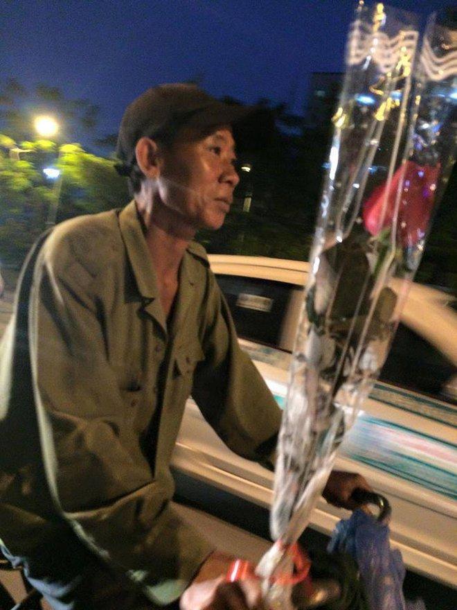 Bông hồng 10.000 đồng, món quà đẹp nhất của bác trai ngày 20/10 - ảnh 1