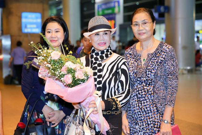 Danh ca Thanh Tuyền được nhiều người hâm mộ nhận ra khi xuất hiện ở sân bay - Ảnh 3.