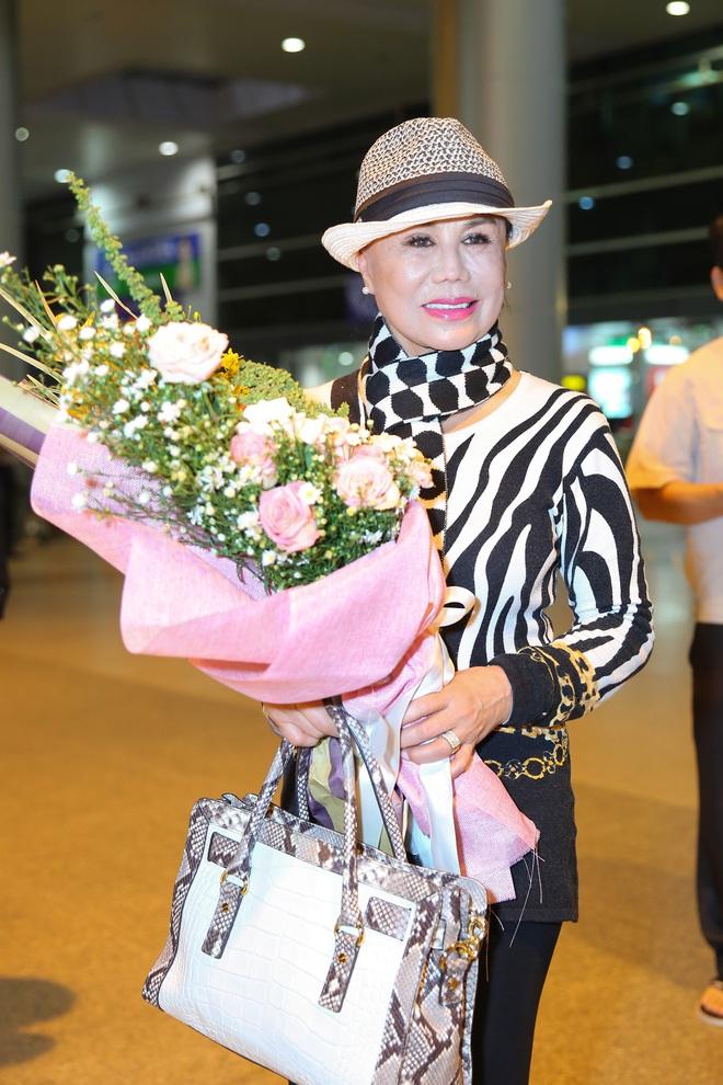 Danh ca Thanh Tuyền được nhiều người hâm mộ nhận ra khi xuất hiện ở sân bay - Ảnh 4.
