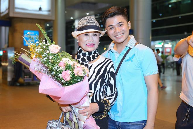 Danh ca Thanh Tuyền được nhiều người hâm mộ nhận ra khi xuất hiện ở sân bay - Ảnh 5.
