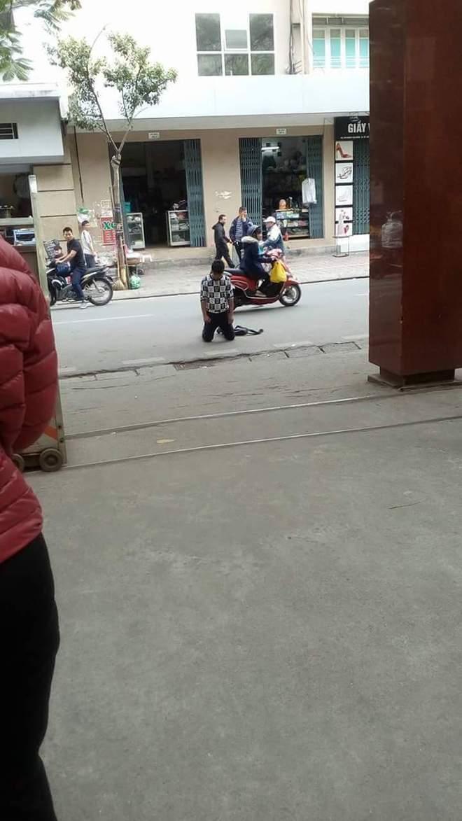 Quỳ gối trước cổng trường ĐH, chàng trai gây chú ý nhất ngày hôm nay - Ảnh 1.