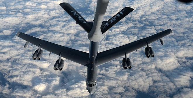 Một chiếc B-52 đang được tiếp liệu trên không trong khuôn khổ cuộc tập trận Polar Roar. Ảnh: U.S. AIR FORCE