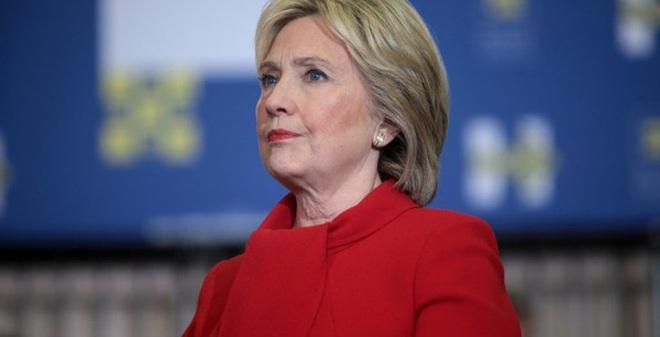 Kết quả hình ảnh cho Mặc dù thất cử nhưng bà Hillary lại chiến thắng thử thách ma nơ canh