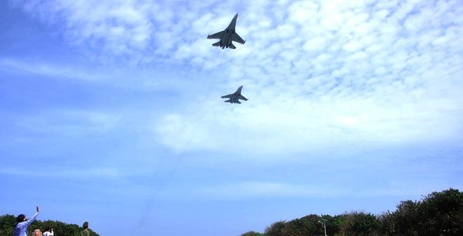 Sự xuất hiện kịp thời của những chiếc tiêm kích Su-30MK2 ở độ cao rất thấp, đã tăng thêm không khí sôi động, hào hứng và sự nghiêm trang trong buổi chào cờ trên Đảo Trường Sa.