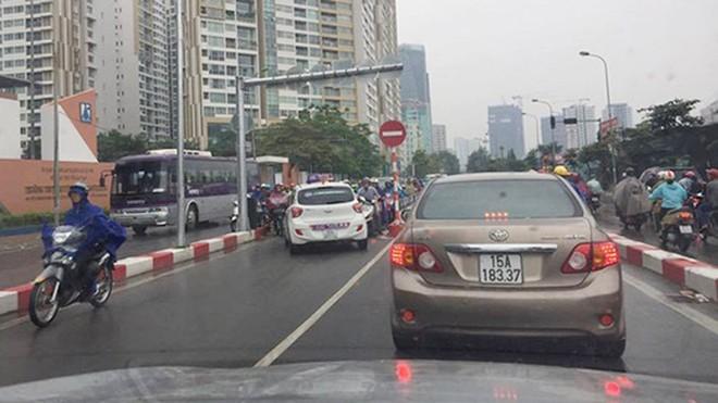 Xe biển xanh đi ngược chiều trên cầu vượt Hà Nội bị tài xế dạy một bài học - Ảnh 4.