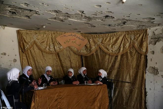 Cận cảnh lớp học dã chiến của trẻ em Syria trong thời kỳ bom đạn - Ảnh 5.