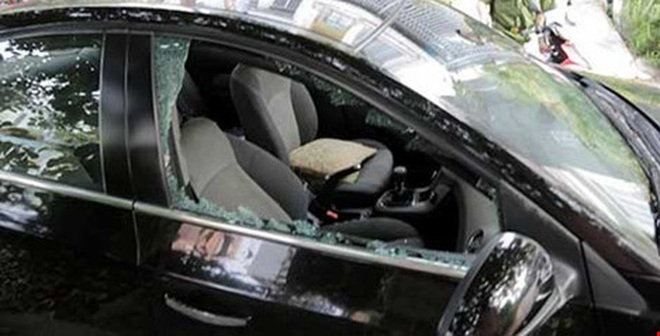 Đập hàng loạt kính ô tô trước các cổng trường để trộm.