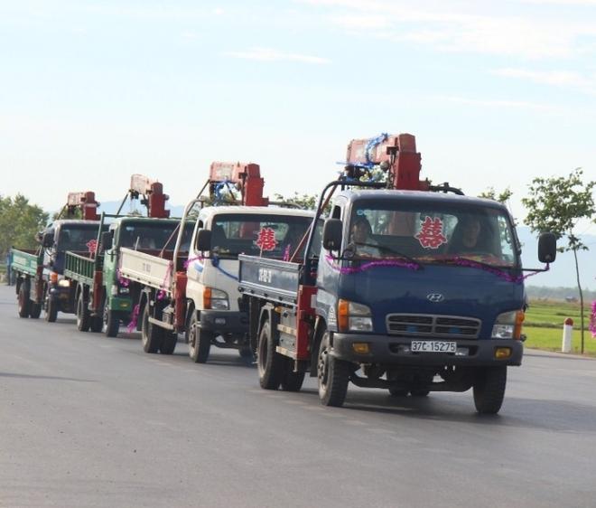 Xe hoa lạ ở Nghệ An khiến người đi đường không khỏi kinh ngạc - Ảnh 1.