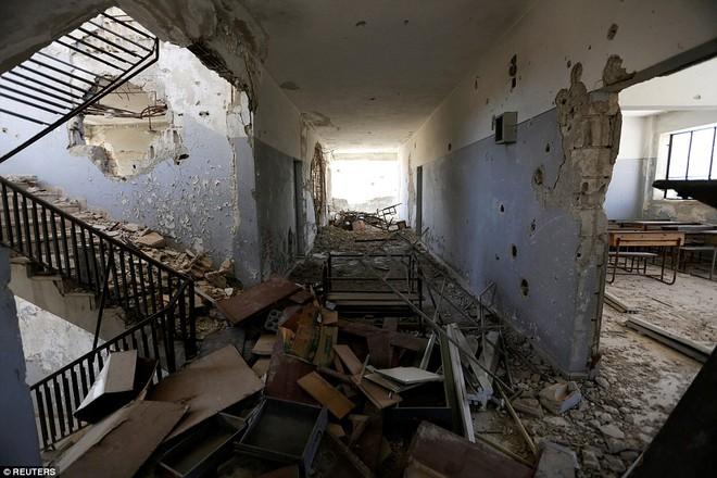 Cận cảnh lớp học dã chiến của trẻ em Syria trong thời kỳ bom đạn - Ảnh 6.