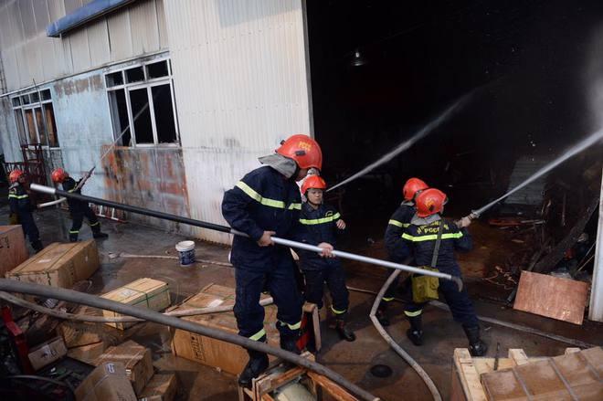 Cháy lớn ở khu công nghiệp Ngọc Hồi, nhiều người hoảng loạn bỏ chạy - ảnh 1