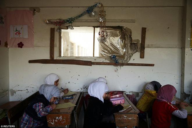 Cận cảnh lớp học dã chiến của trẻ em Syria trong thời kỳ bom đạn - Ảnh 7.