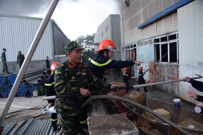 Cháy lớn ở khu công nghiệp Ngọc Hồi, nhiều người hoảng loạn bỏ chạy - ảnh 2
