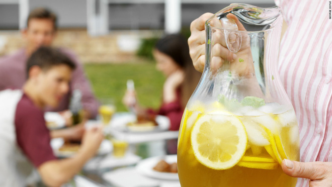 Cảnh báo: Suy thận vì uống 16 cốc trà đá mỗi ngày - Ảnh 2.