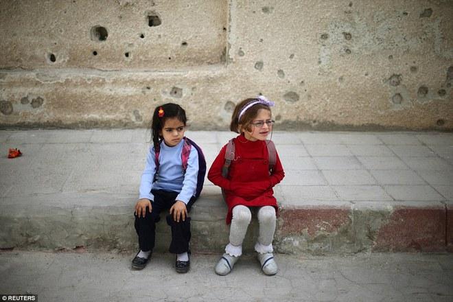 Cận cảnh lớp học dã chiến của trẻ em Syria trong thời kỳ bom đạn - Ảnh 11.